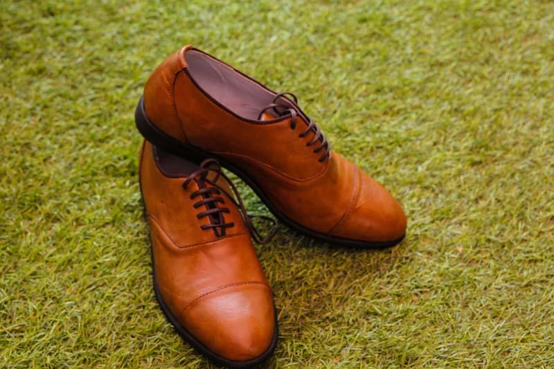 靴の踵(かかと)と靴底をダイソー[100円均一]の修理用品で補修する方法