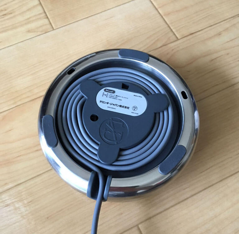 おすすめ!電気ケトルメーカーDe'Longhi[デロンギ]SJM010Jの裏を見るとケーブルが収納できる