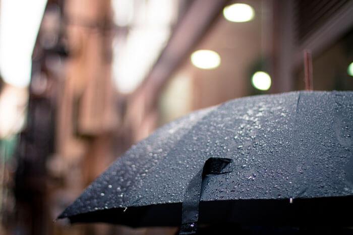 おすすめの折りたたみ傘はUNIQLO(ユニクロ)の折りたたみ傘。コスパ最強安くて軽くて持ち運びやすい。