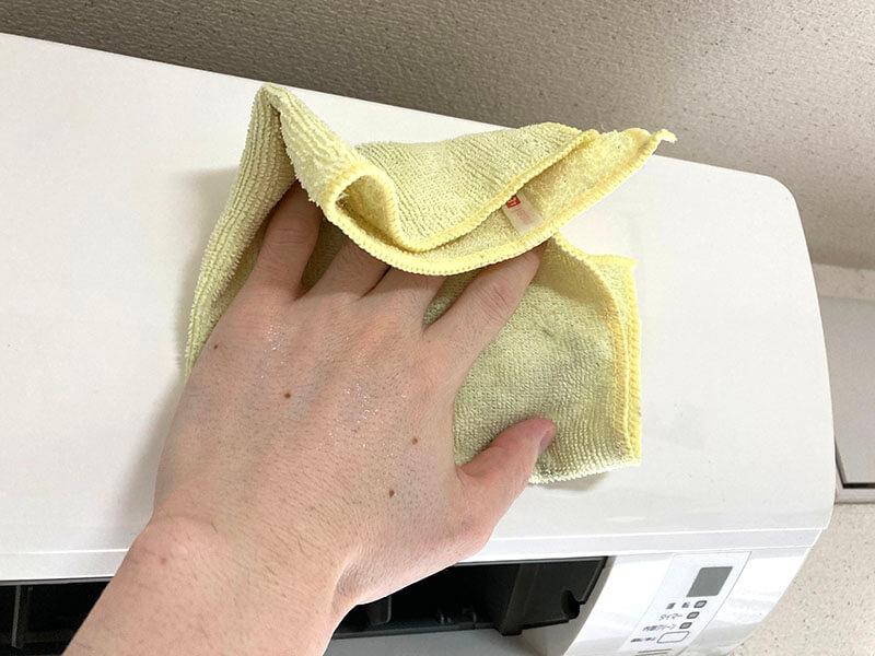 エアコン全体やフロントパネルの汚れを拭く。